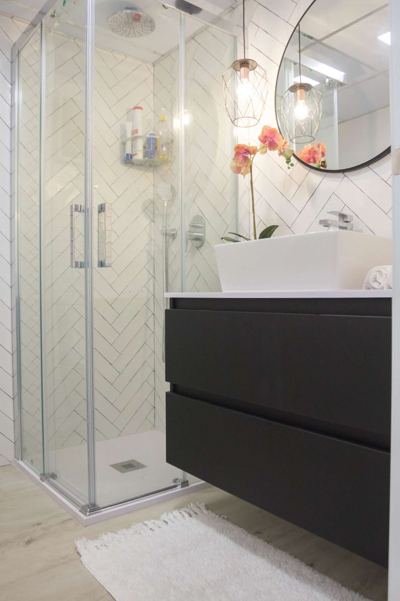 mueble de baño y mampara de ducha