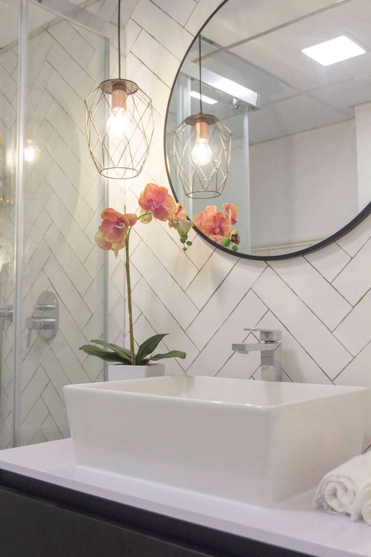 lavabo y espejo de baño